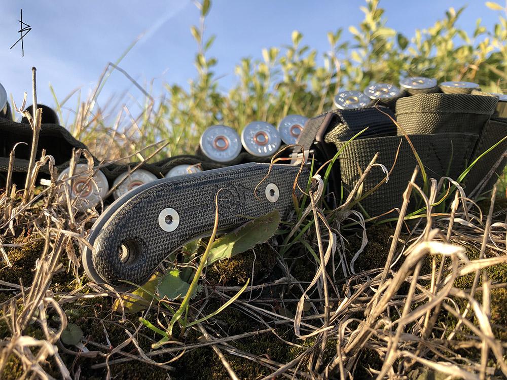 Un couteau Avanona dans son environnement, et surtout rangé dans son étui auto-aiguisant