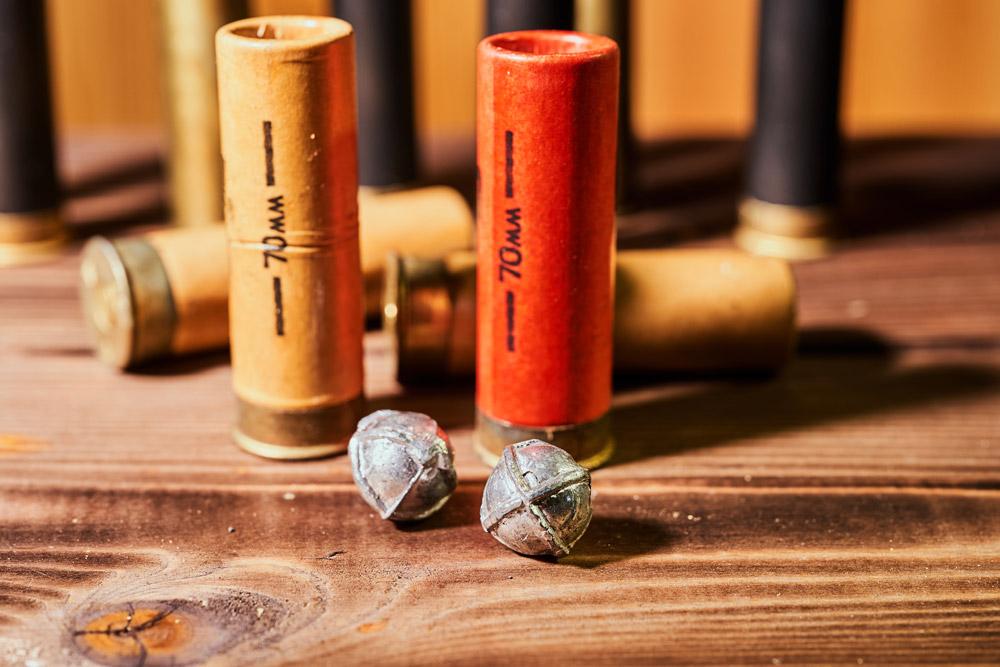 Vielles cartouches calibre 12 en carton chargées de balle sphérique